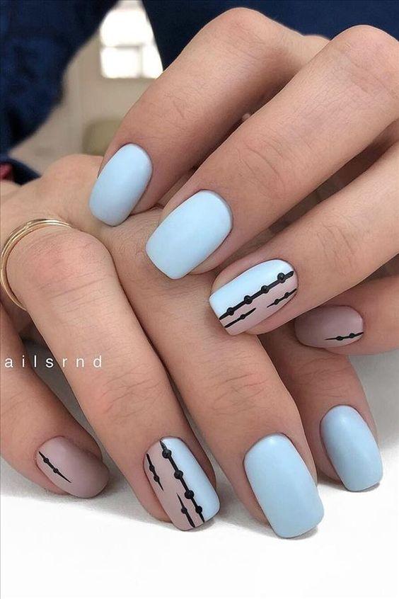 Krótkie paznokcie w błękitnym kolorze