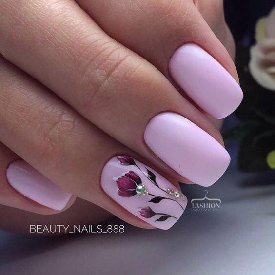 Krótkie różowe paznokcie z wzorkami