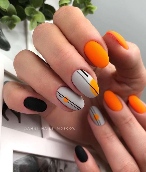 Matowe pomarańczowe paznokcie z wzorkiem