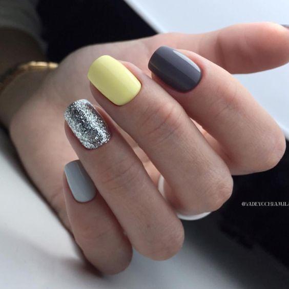 Szaro żółty manicure z brokatem