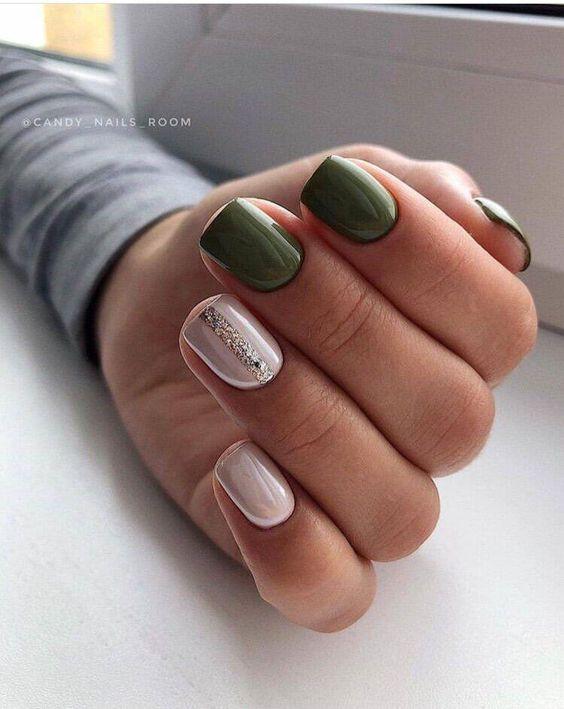 Zielone paznokcie z brokatowymi wzorkami