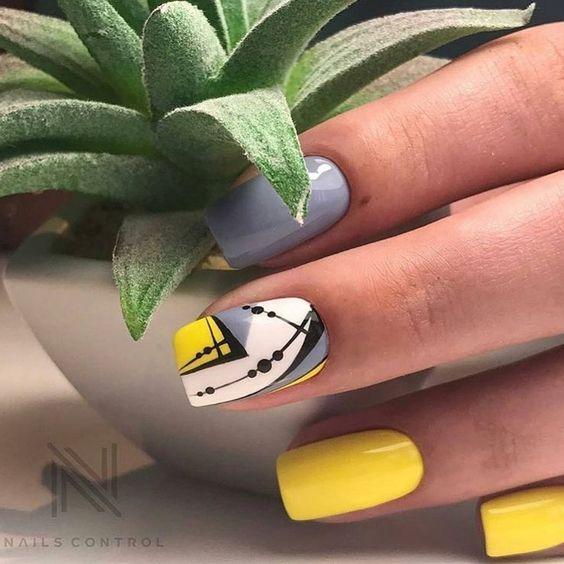 Żółto szare paznokcie z wzorkami