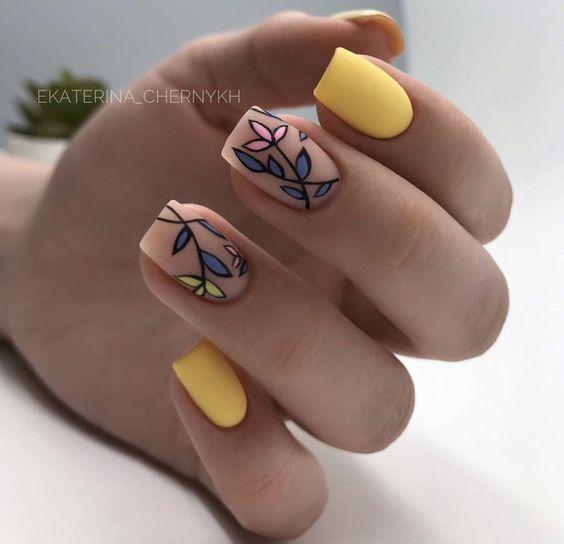 Matowe żółte paznokcie z kwiatami