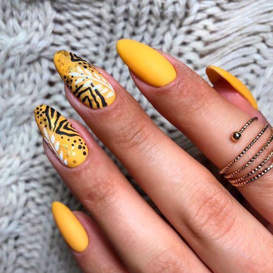 Matowe żółte paznokcie z wzorkami