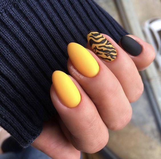 Matowe żółte paznokcie z wzorkiem