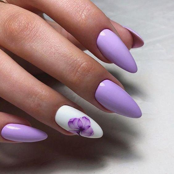 Pastelowe paznokcie w kolorze wrzosowym