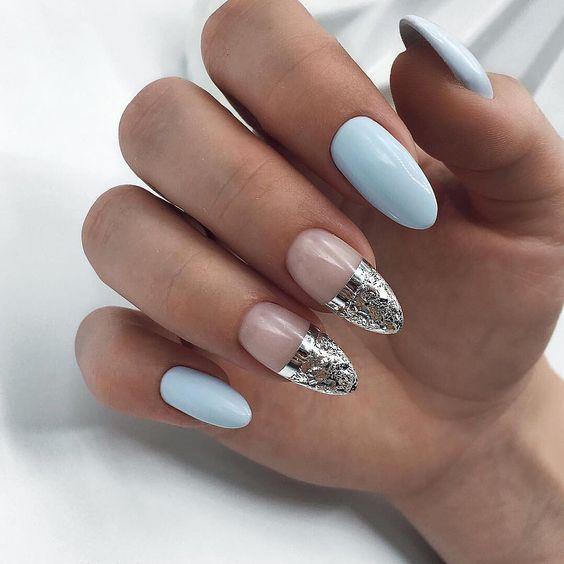 Pastelowe paznokcie ze srebrnymi wzorkami