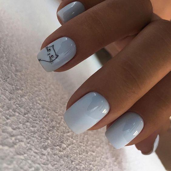 Pastelowy manicure w błękitnym odcieniu