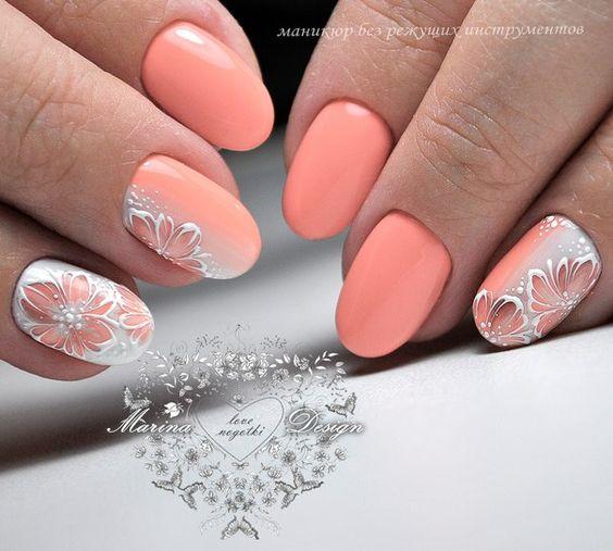 Pastelowy manicure w kolorze brzoskwiniowym