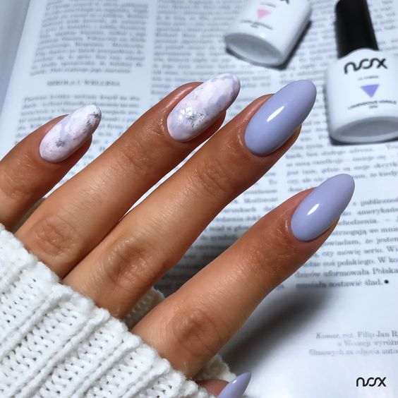Pastelowy manicure w kolorze lawendowym