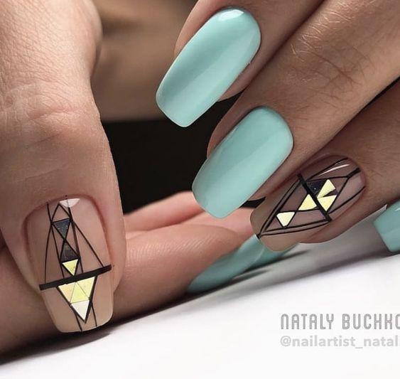 Pastelowy manicure w kolorze miętowym