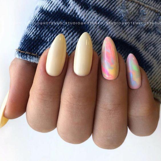 Pastelowy manicure w kolorze żółtym