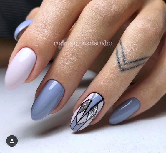 Pastelowy manicure z geometrycznymi wzorami