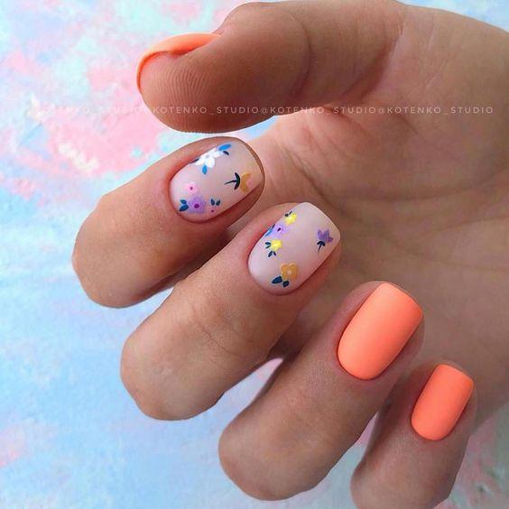 Pastelowy manicure z wzorkami kwiatów
