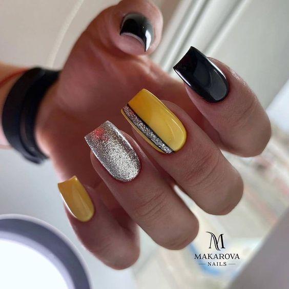 Żółte paznokcie z brokatem