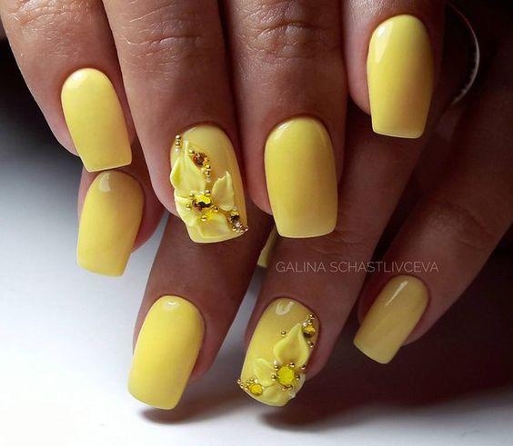 Żółte paznokcie z kwiatami