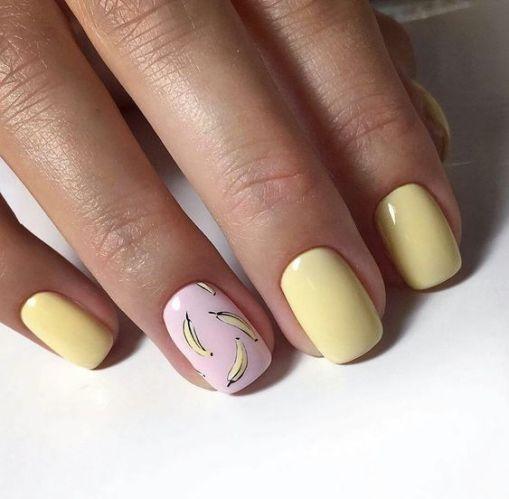 Żółte paznokcie z wzorkami owoców
