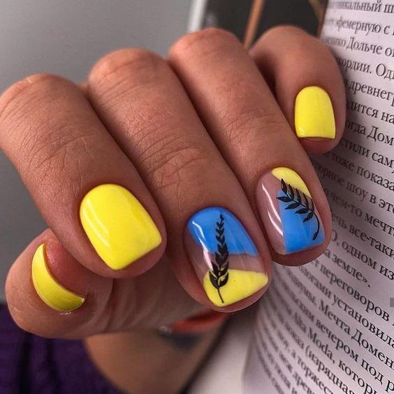 Żółto niebieskie paznokcie