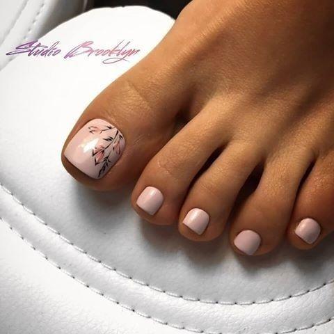 Beżowe paznokcie u stóp na wiosnę