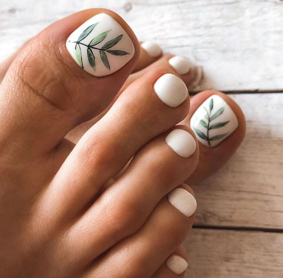 Białe paznokcie u stóp na wiosnę