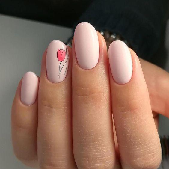 Jasnoróżowe paznokcie z kwiatami