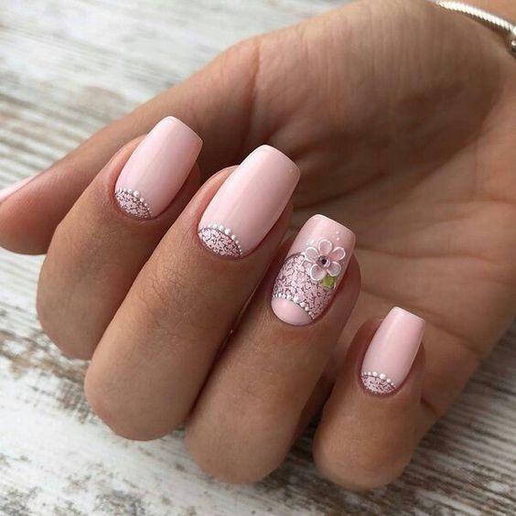 Jasnoróżowe paznokcie z wzorkami