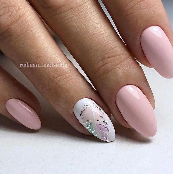Jasnoróżowy manicure z wzorkami