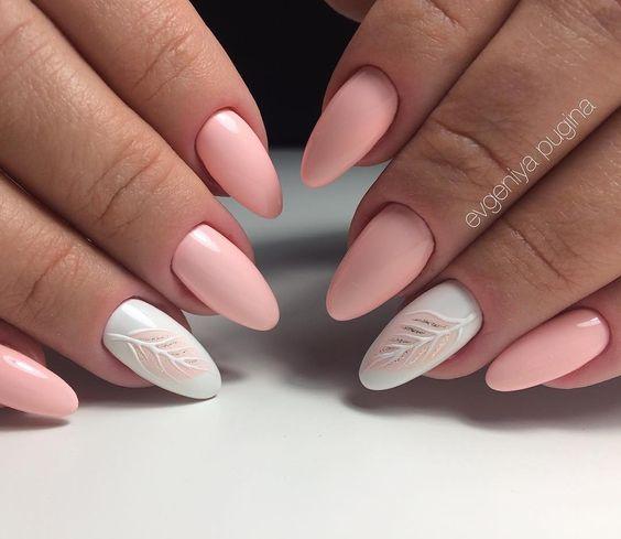 Jasnoróżowy manicure