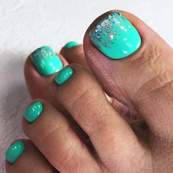 Miętowe paznokcie u stóp na wiosnę