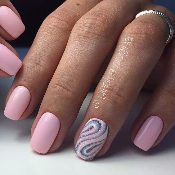 Paznokcie w kolorze pudrowego różu z brokatem