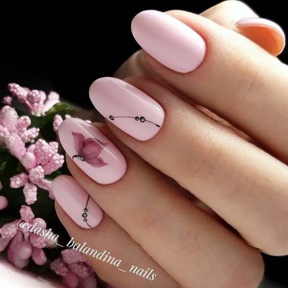 Paznokcie w kolorze pudrowego różu z kwiatami