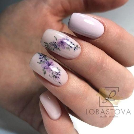 Pudrowe paznokcie na wiosnę