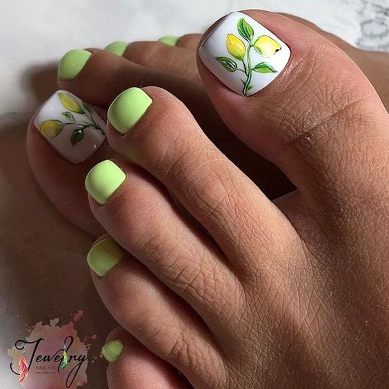 Zielone paznokcie u stóp na wiosnę