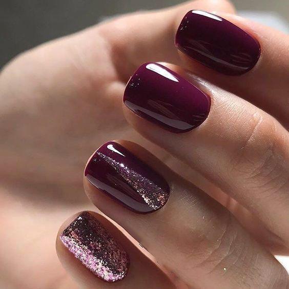 Bordowe paznokcie z brokatem do czerwonej sukienki