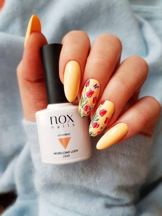 Brzoskwiniowe paznokcie w kwiaty