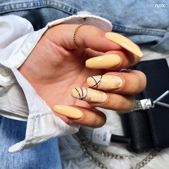 Brzoskwiniowy manicure z wzorkami