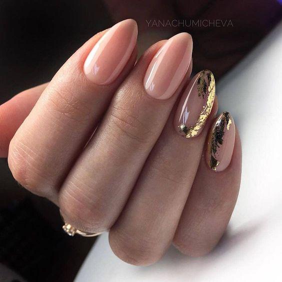 Naturalne paznokcie do bordowej sukienki