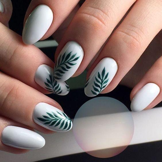 Białe paznokcie z liśćmi palmowymi