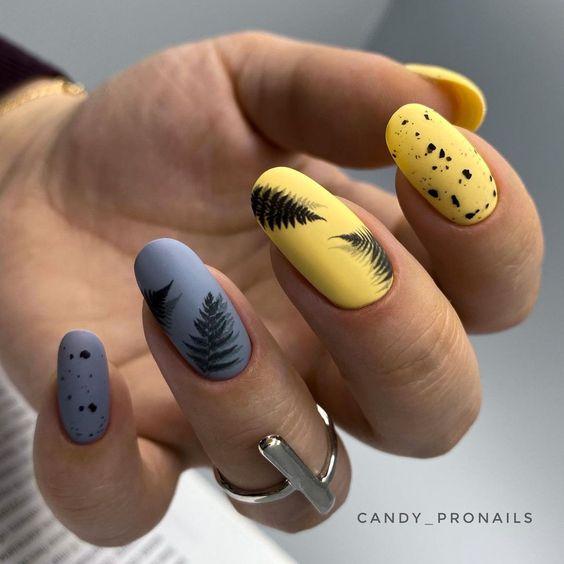 Matowe paznokcie z wzorkami na wakacje
