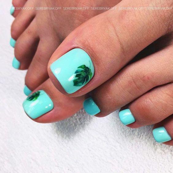 Miętowe paznokcie u stóp na lato