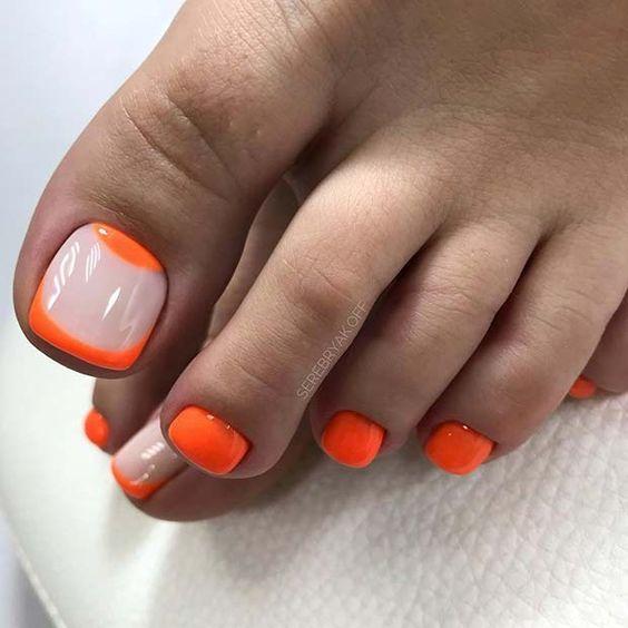 Neonowe pomarańczowe paznokcie u stóp na lato