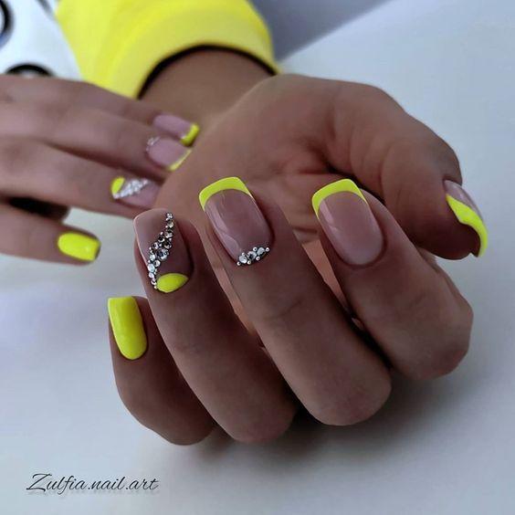 Neonowy french na paznokciach
