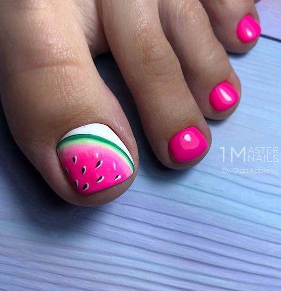 Neonowy różowy pedicure na lato