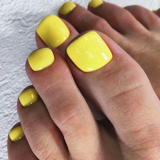 Żółte paznokcie u stóp na lato