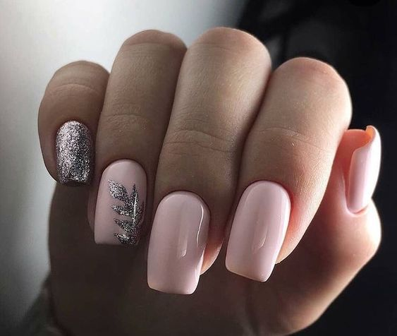 Jasne brokatowe paznokcie