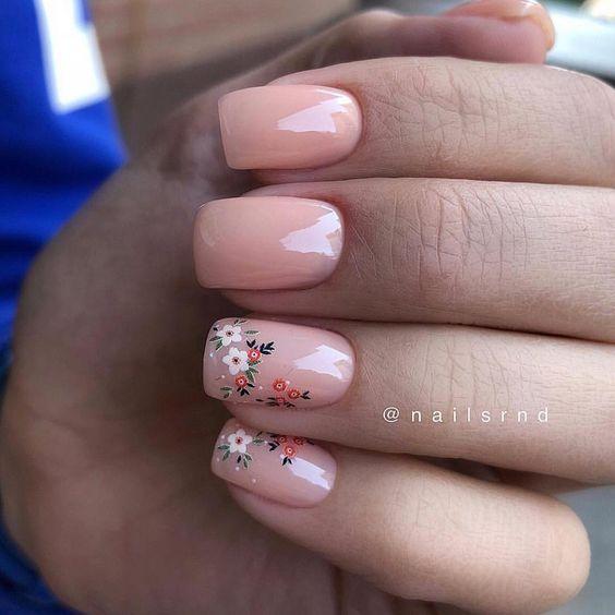 Jasne paznokcie w kolorze brzoskwiniowym