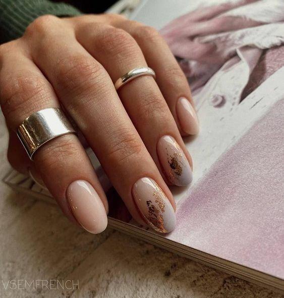 Jasne paznokcie z folią transferową