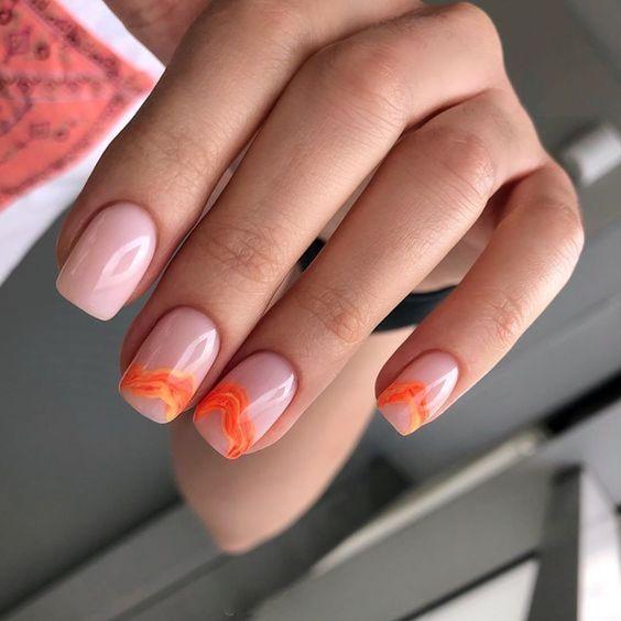 Jasne paznokcie z neonowym wzorkiem