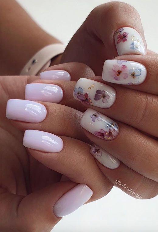 Jasne paznokcie z wzorkami kwiatów