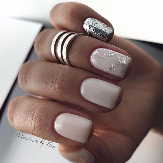 Jasne paznokcie ze srebrnym brokatem